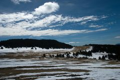 Śnieżny stapianie w przez cały kraj narciarstwa śladach fotografia royalty free