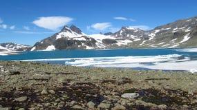 Śnieżny szczyt, skaliści halni szczyty i lodowiec w Norwegia, zdjęcia stock