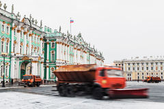 Śnieżny usunięcie na pałac kwadracie w St Petersburg Rosja, wygrana Zdjęcie Stock