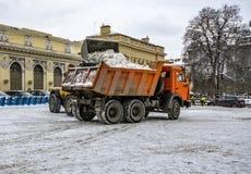 Śnieżny usunięcie na rynku w Petersburg Śnieżny remov Obrazy Royalty Free