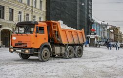 Śnieżny usunięcie na rynku w Petersburg Śnieżny remov Obraz Stock