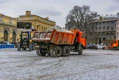 Śnieżny usunięcie na rynku w Petersburg Śnieżny remov Zdjęcia Stock