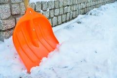Śnieżny usunięcie Pomarańczowa łopata w śniegu Zdjęcie Royalty Free