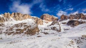 Śnieżny widok góra dolomity i droga, Włochy, Europa Fotografia Stock