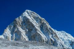 Śnieżny widok górski przy Everest podstawowym obozem trekking EBC w Nepal obraz stock