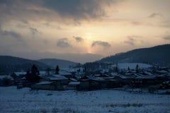 Śnieżny wioski Bolshoe ozero pod zmierzchem zdjęcie stock