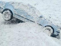 Śnieżny wypadek samochodowy wśliznął w przykop fotografia stock