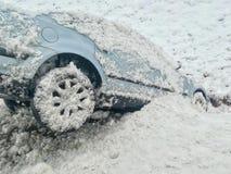 Śnieżny wypadek samochodowy wśliznął w przykop zdjęcia stock