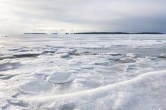 Śnieżny zima krajobraz przy zamarzniętym morzem obrazy royalty free