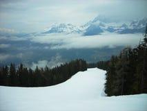Śnieżny zima krajobraz w halnym ośrodku narciarskim na mgłowym dniu zdjęcie royalty free