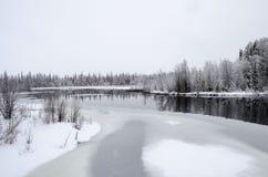 Śnieżny zima krajobrazu rzeki odbicie obraz stock