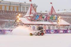 Śnieżny zmywacz czyści łyżwiarskiego lodowisko na placu czerwonym w opadzie śniegu w Moskwa Rosja zdjęcia royalty free