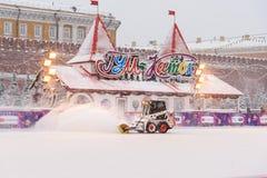 Śnieżny zmywacz czyści łyżwiarskiego lodowisko na placu czerwonym w opadzie śniegu w Moskwa Rosja obraz stock