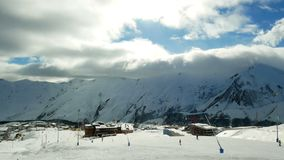 Śnieżnych gór zimy krajobrazu natury słońca chmurny timelapse zbiory