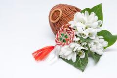 Śnieżyczki i smyczkowy martisor na bielu z kopią czerwieni i bielu interliniują wschód - europejczyk marsz tradyci świętowanie na Fotografia Stock