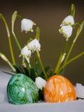 Śnieżyczki r out śnieg z Easter jajkami Fotografia Royalty Free