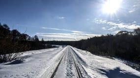 Śnieżysta kolej zaświeca słońcem zdjęcie royalty free
