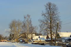 Śnieżysta wioska z trójgraniastym dachem na Zdjęcie Royalty Free