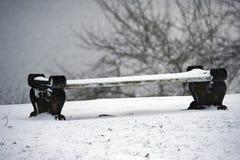 Śnieżysta zimy ławka w parku Zdjęcia Royalty Free