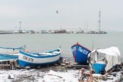 Śnieżyste łodzie rybackie przy końcówką Marzec w Pomorie, Bułgaria Obraz Stock