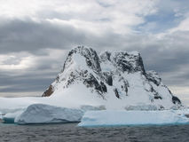 Śnieżyste góry Zdjęcia Royalty Free