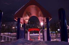 Śnieżysty boisko przy nocą w mieście w zimie zdjęcie royalty free