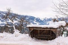 Śnieżysty drewniany przystanek autobusowy r zdjęcia royalty free