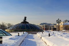 Śnieżysty Manege kwadrat na tle światu zegaru fontanna moscow zima Obrazy Royalty Free