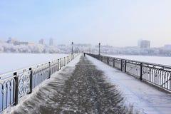 Śnieżysty most nad rzeką zdjęcie royalty free