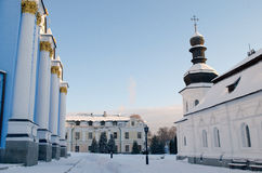 Śnieżysty podwórze monaster na zima ranku Zdjęcia Stock