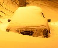 Śnieżysty samochód po opadu śniegu w nocy mieście Obrazy Royalty Free