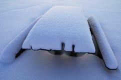 Śnieżysty stół i ławki Zdjęcia Royalty Free