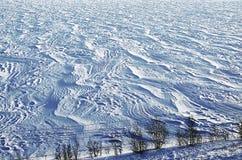 Śnieżysty wintertime riverbank, śniegów dryfy fotografia stock