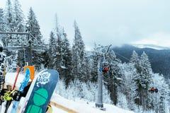Śnieg deska z dźwignięciem na tle Zdjęcia Royalty Free