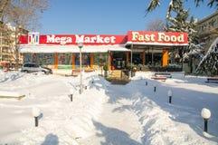 Śnieg dryfuje blisko środkowego supermarketa w Bułgarskim Pomorie, zima 2017 Fotografia Stock