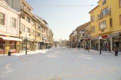 Śnieg dryfuje w głównej ulicie Pomorie, Bułgaria, zima 2017 Zdjęcie Royalty Free