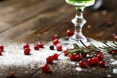 Śnieg i cranberries blisko szkła obraz royalty free