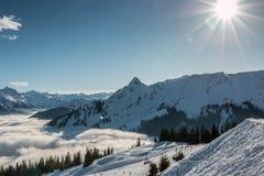 Śnieg i słońce na wierzchołku góry i mgła puszek dolina Zdjęcie Stock