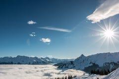 Śnieg i słońce na wierzchołku góry i mgła puszek dolina Obraz Stock