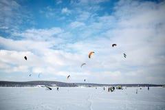 Śnieg kiting na snowboard na zamarzniętym jeziorze obraz royalty free