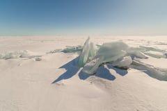 Śnieg, lód, muldy na śnieżystym lodzie jezioro. Naturalny winte Fotografia Stock