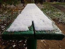 Śnieg na ławce zdjęcie stock