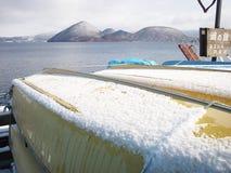 Śnieg na żółtej rybołówstwo łodzi zdjęcie royalty free