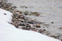 Śnieg na brzeg rzeki obraz stock