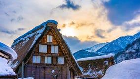 Śnieg Na Dachowym chałupa domu zdjęcia stock