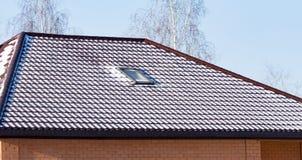 Śnieg na dachu dom w zimie obrazy royalty free