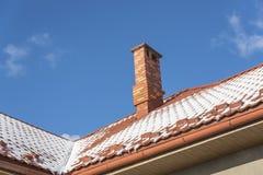 Śnieg na dachu przy zimą obraz royalty free