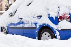 Śnieg na samochodzie obraz royalty free
