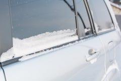 Śnieg na samochodzie Śnieg kłama na szkle samochód fotografia royalty free