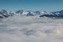 Śnieg na wierzchołku góry i mgła puszek dolina Zdjęcia Stock